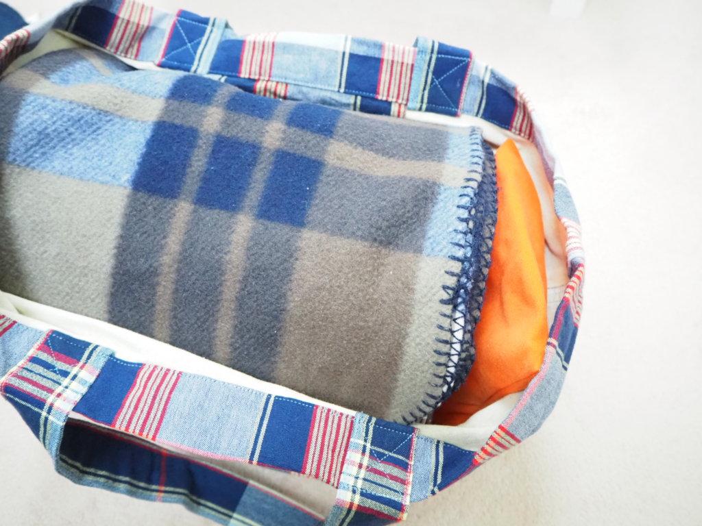 キャリーケージとバッグの隙間にゆたぽんを入れて上に布を被せる