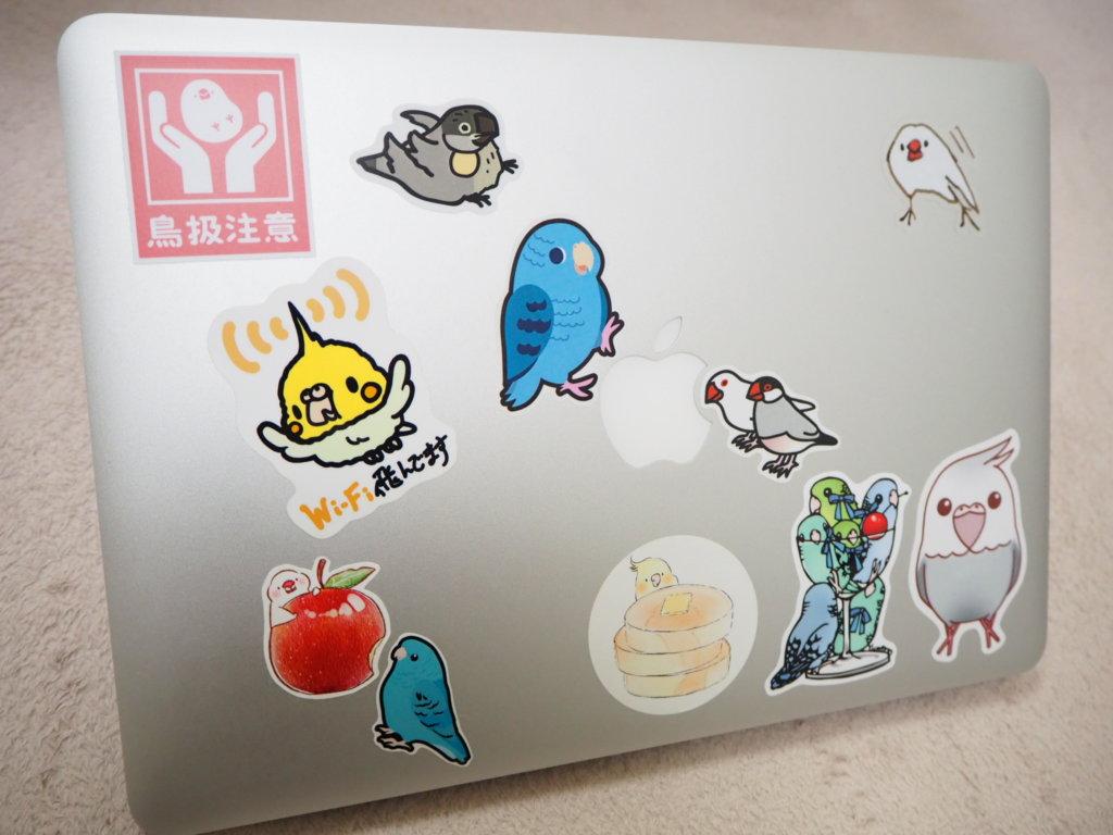 鳥ステッカーだらけのMacBook Air