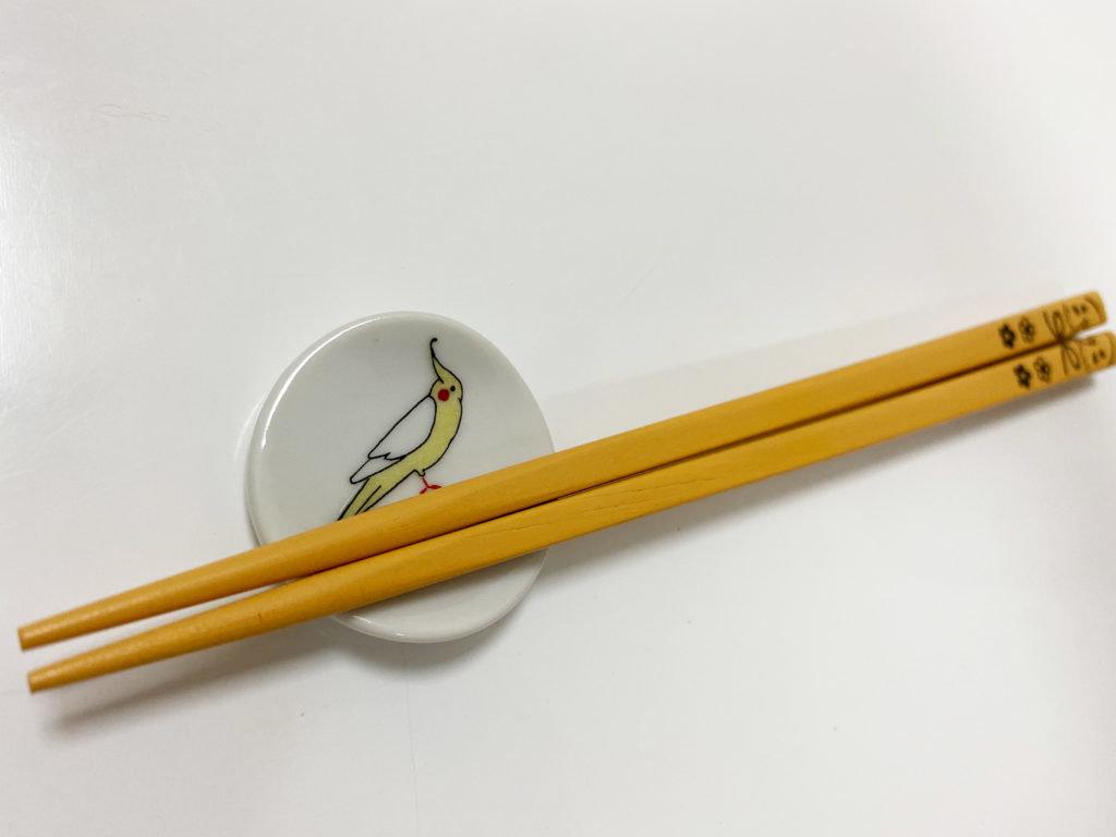 クタニシールのオカメインコの箸置きに箸を載せている