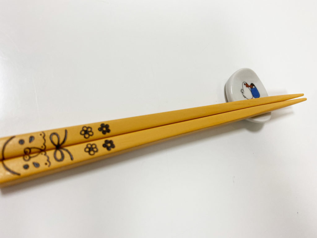 クタニシールのコザクラインコの箸置きに箸を載せている