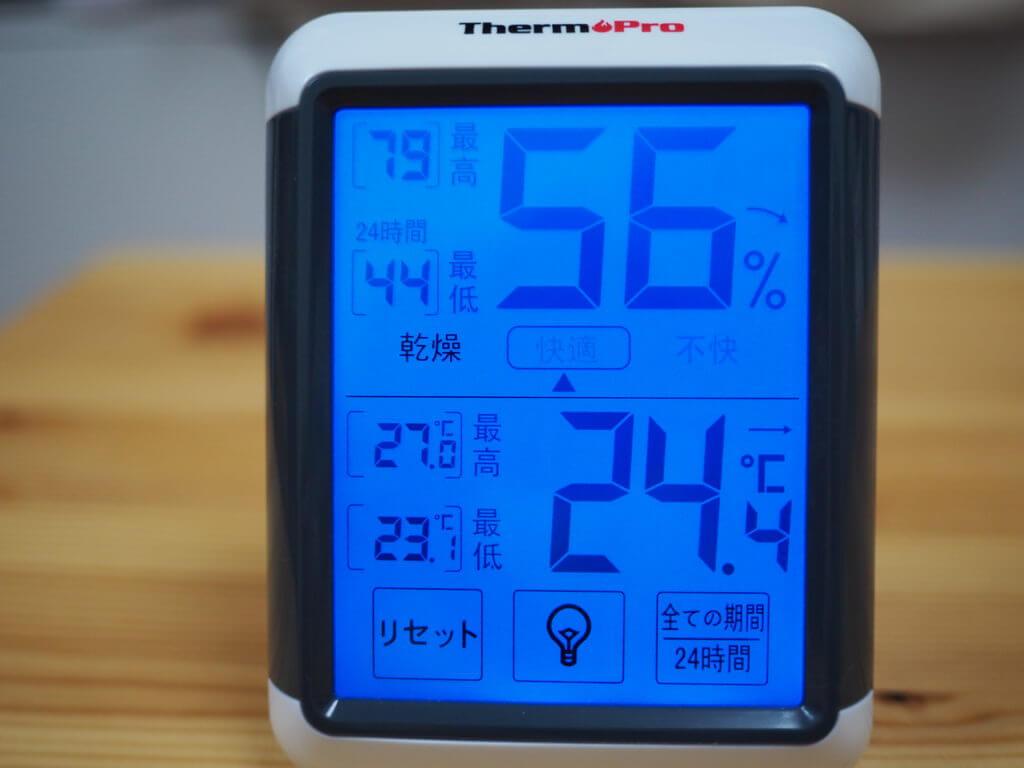デジタル式の温湿度計(バックライト点灯状態)
