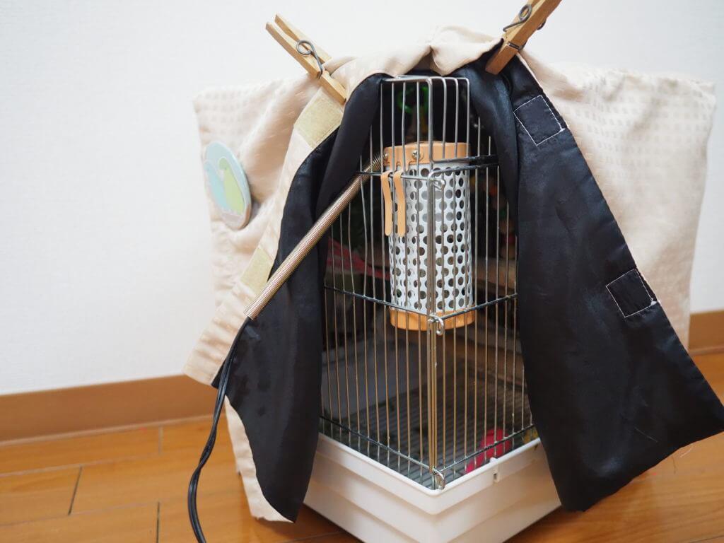 おやすみカバーとケージ内に設置した保温電球が重ならないように、おやすみカバーをずらしている。